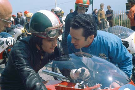 The man behind Agostini's success Vittorio Carvana (his mechanic) chats with the champion in 1971